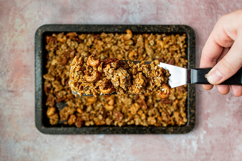 Nut and sesame granola